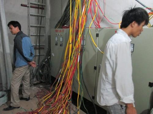Các kỹ sư đang lắp đặt hệ thống PCCC
