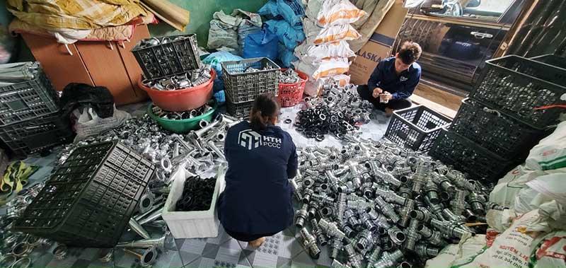 Nhân viên HTH kiểm tra từng chi tiết các sản phẩm lăng phun, khớp nối Kentom D65